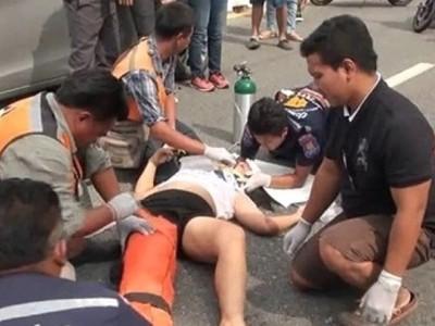 女子边过马路边打电话 当场被车撞飞
