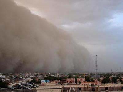 """印度沙尘暴来袭瞬间 城市蒙上一层""""黄沙"""""""