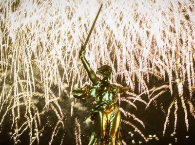 俄罗斯伏尔加格勒燃放烟花庆祝胜利日