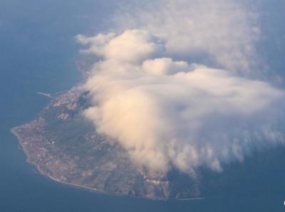 山东青岛灵山岛云雾缭绕 宛若仙境