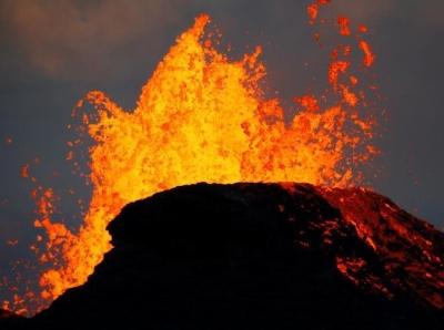 夏威夷火山岩浆喷涌 民众淡定围观