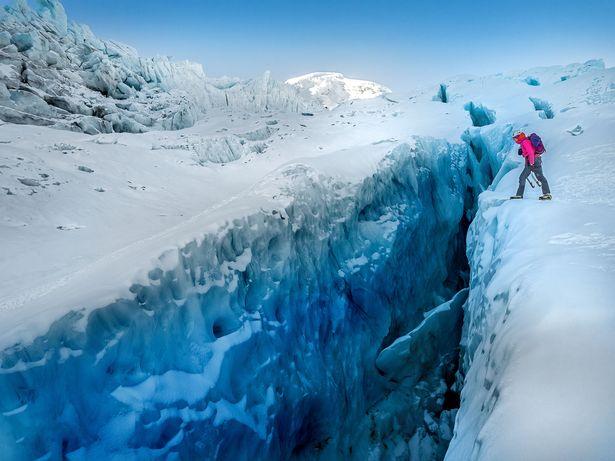 英夫妇勇闯千年冰穴 冰蓝世界如梦如幻